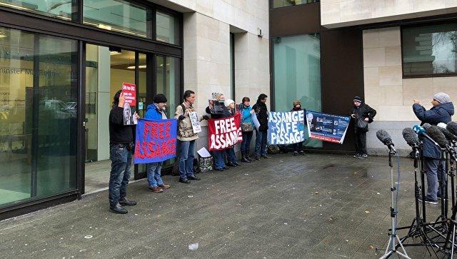Акция сторонников Джулиана Ассанжа у здания суда в Лондоне