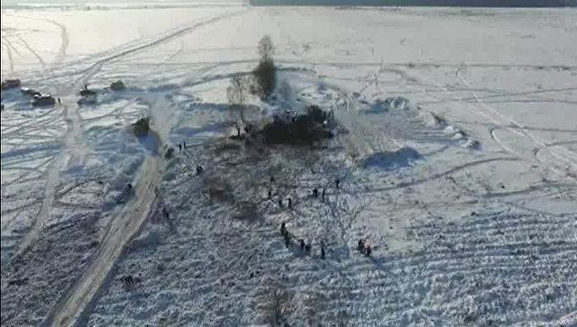 Сотрудники МЧС России в Раменском районе Московской области, где самолет Ан-148 Саратовских авиалиний рейса 703 Москва-Орск потерпел крушение. 14 февраля 2018