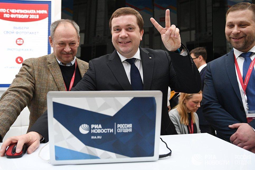 Директор фонда Росконгресс Александр Стуглев (в центре) во время посещения стенда МИА Россия сегодня на Российском инвестиционном форуме (РИФ-2018) в Сочи