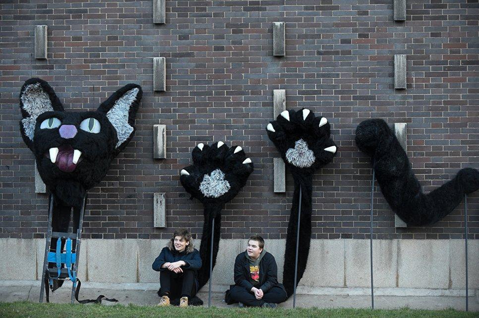 Молодые люди с кошачьими костюмами ожидают начала традиционного карнавала Масопуст в Праге