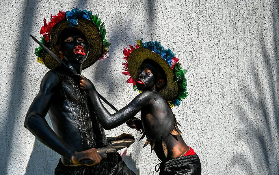 Гуляки Son de Negro перед началом карнавала в Барранкилье, Колумбия