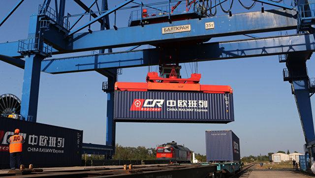 Перестановка контейнера транзитного поезда из Европы в Китай в рамках проекта Новый Шелковый путь. Архивное фото