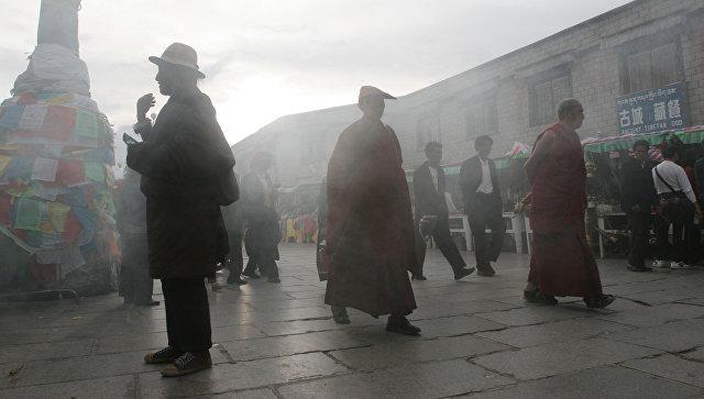На территории буддийского храма Джоканг в Тибете