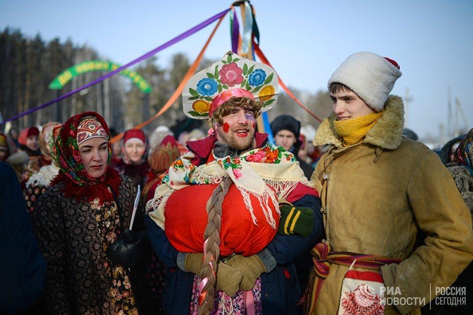 Участники праздничных гуляний, посвященных проводам Широкой Масленицы в парке наукограда Кольцово в Новосибирской области. 17 февраля 2018