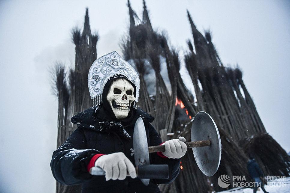 Ряженый на праздновании Масленицы в арт-парке Никола-Ленивец Калужской области. 17 февраля 2018