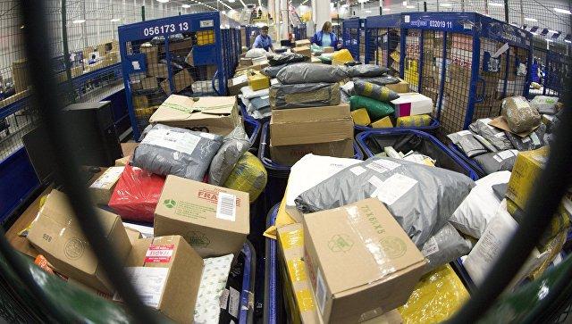 Посылки в логистическом центре Почты России во время таможенной обработки международной почты. Архивное фото