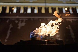 Вечный огонь у Могилы Неизвестного Солдата в Александровском саду во время профилактики в канун Дня защитника Отечества