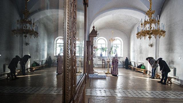 Трудники и монахи монастыря на богослужении