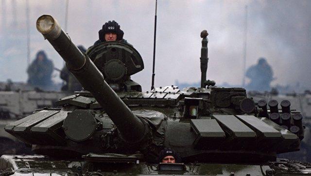 Военнослужащие на танке. Архивное фото