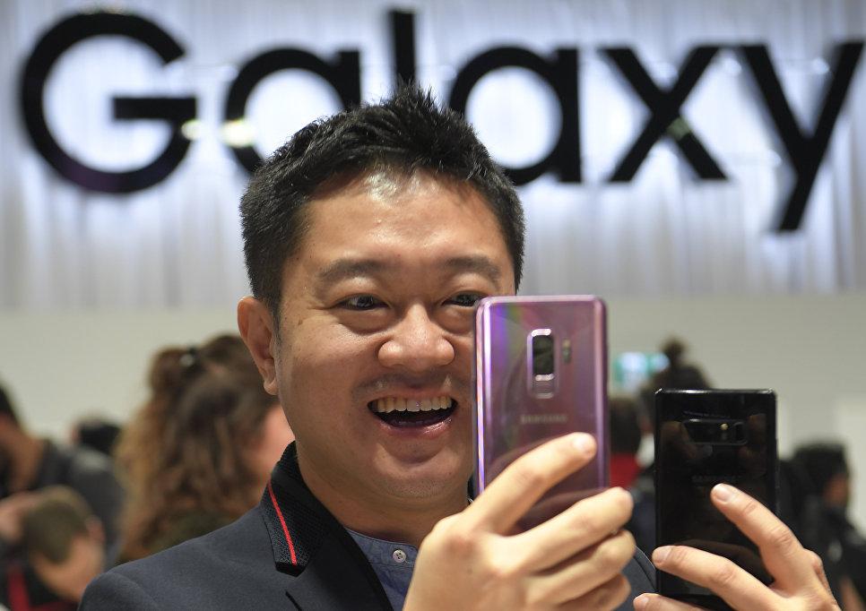 Мужчина держит новый Samsung Galaxy S9 на мероприятии Samsung Galaxy Unpacked 2018 в Барселоне, Испания. 25 февраля 2018 года
