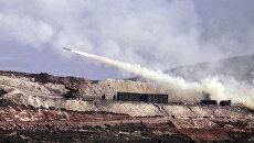 Турецкая артиллерия стреляет по сирийским курдским позициям в районе Африна в Сирии. Архивное фото