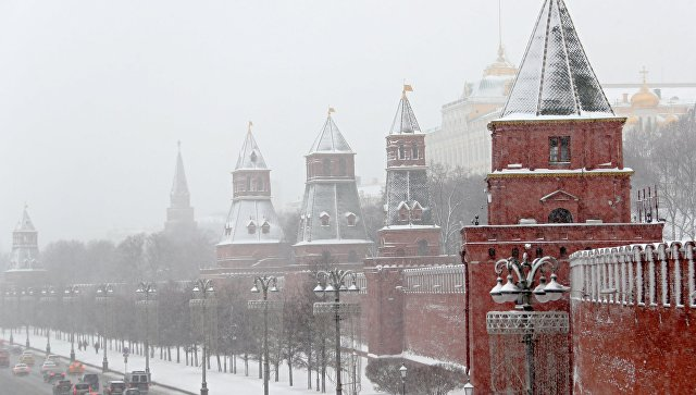 Автомобили на Кремлевской набережной в Москве во время снегопада. Архив