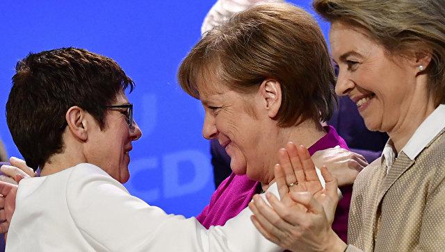 Канцлер Германии Ангела Меркель обнимает премьер-министра федеральной земли Саар Аннегрет Крамп-Карренбауэр на съезде ХДС, Германия. 26 февраля 2018