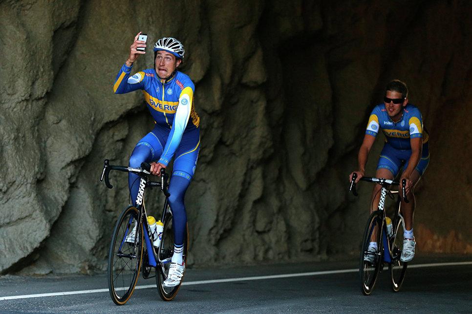 Шведский велосипедист делает селфи на шоссе в Испании. 2014 год