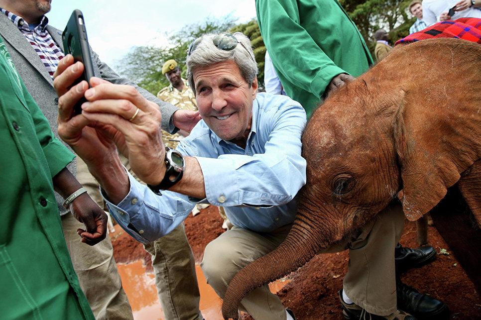 Госсекретарь США Джон Керри делает селфи в Национальнм парке Найроби. 2015 год