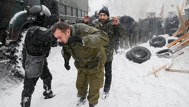 Сотрудники полиции и протестующие в палаточном городке у Верховной рады в Киеве, Украина. 3 марта 2018