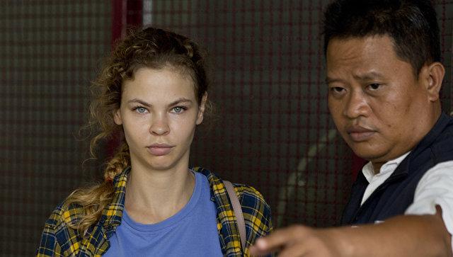 Полицейский сопровождает Анастасию Вашукевич из центра заключения в Паттайе, Таиланд