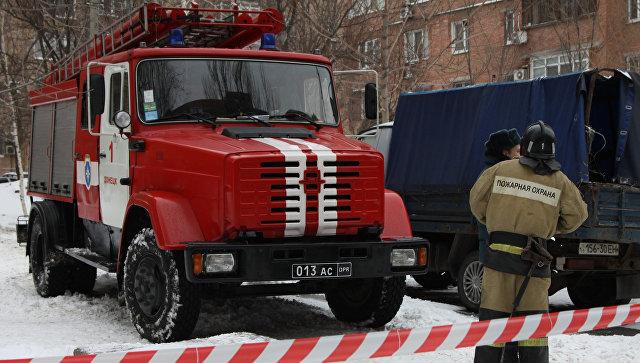 Сотрудники пожарной охраны у места взрыва. Архивное