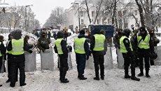 Полицейские задерживают протестующих в палаточном городке у Верховной Рады в Киеве. 3 марта 2018