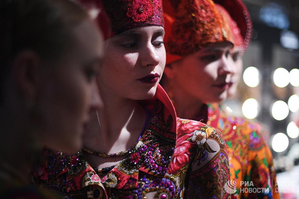 Модели в гримерке готовятся к демонстрации одежды из новой коллекции дизайнера Вячеслава Зайцева в рамках Mercedes-Benz Fashion Week Russia в Центральном выставочном зале Манеж в Москве