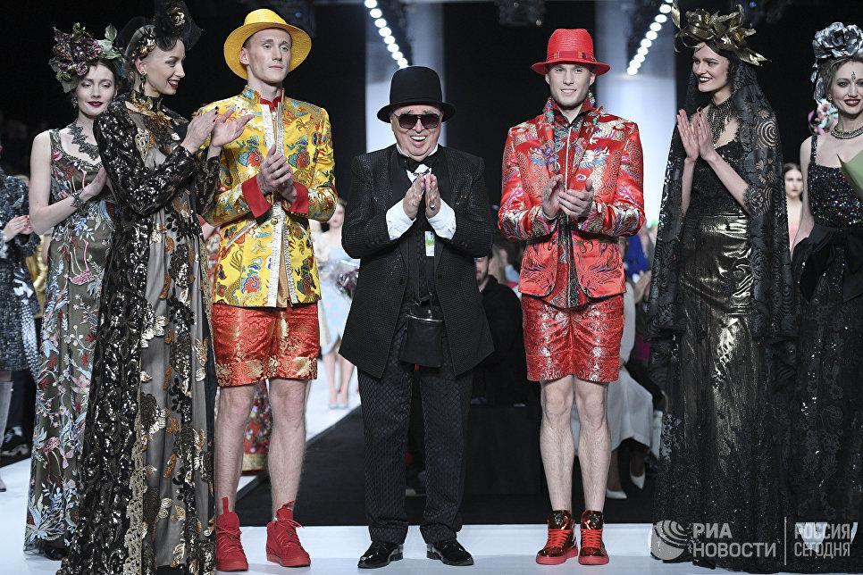 Модельер Вячеслав Зайцев на показе своей новой коллекции одежды в рамках Mercedes-Benz Fashion Week Russia в Центральном выставочном зале Манеж в Москве