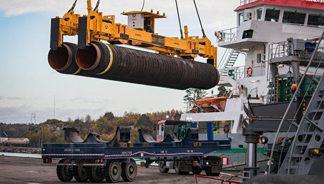 Погрузка труб для строительства газопровода Северный поток - 2 в порту Мукран, Германия. Архивное фото