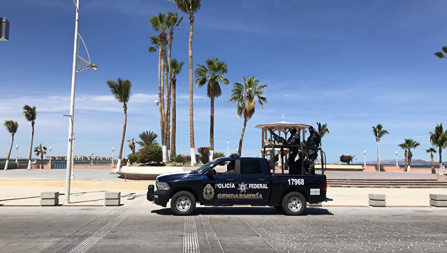 Автомобиль мексиканской полиции в прибрежной полосе