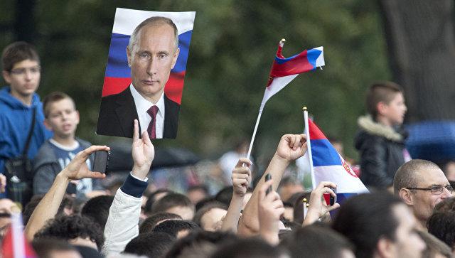 Жители Белграда с портретами президента России Владимира Путина. Архивное фото