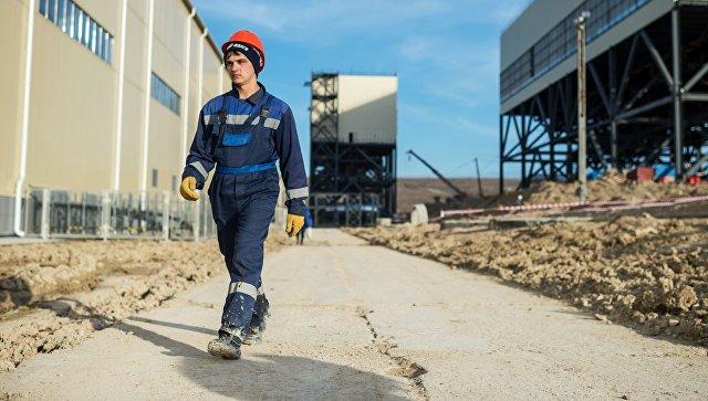 Рабочий на месте строительства ТЭС. Архивное фото
