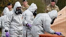 Британские военнослужащие во время следственных мероприятий, связанных с отравлением бывшего полковника ГРУ Сергея Скрипаля. Архивное фото