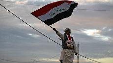 Мужчина с флагом Ирака. Архивное фото