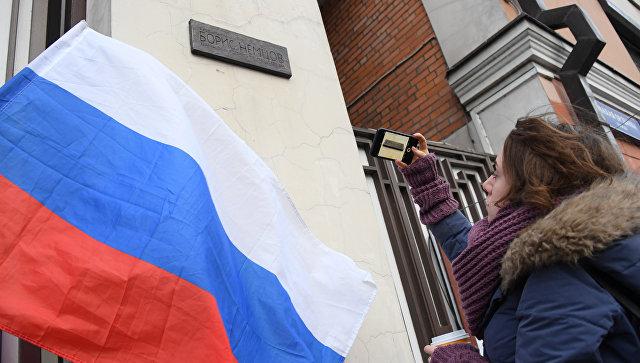 Памятная доска политику Борису Немцову на доме №3 на улице Малая Ордынка. 16 марта 2018