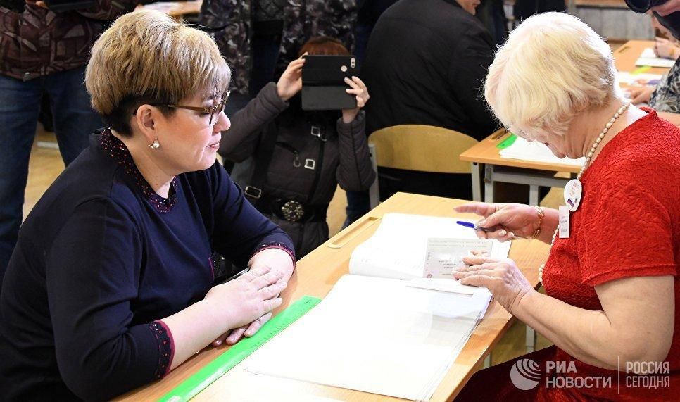 Губернатор Забайкальского края Наталья Жданова (слева) во время голосования в Чите