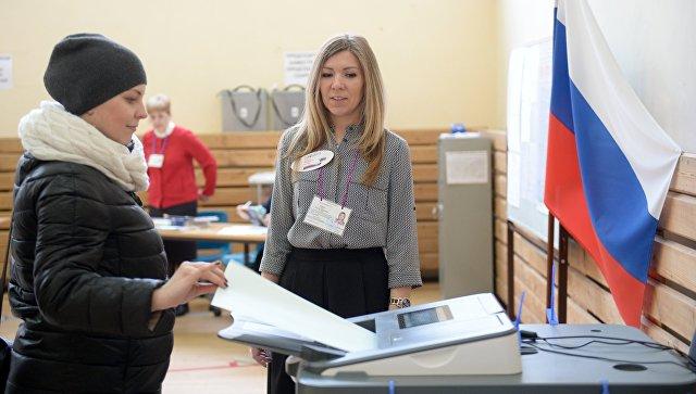 Девушка голосует на выборах президента РФ на избирательном участке №1331 в Екатеринбурге. 18 марта 2018