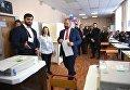 Кандидат в президенты РФ от партии Коммунисты России Максим Сурайкин голосует на выборах президента РФ на избирательном участке № 137 в Москве. 18 марта 2018
