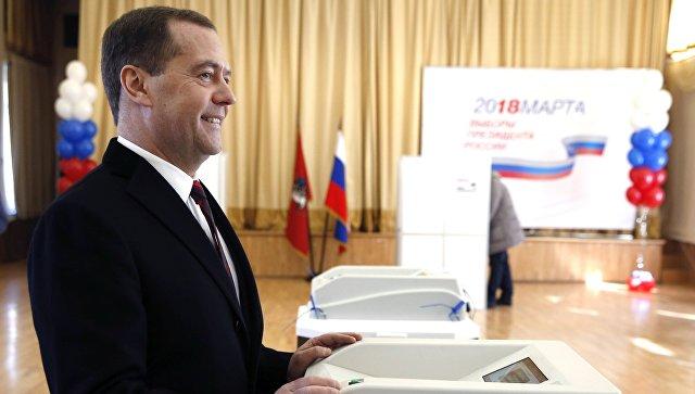Председатель правительства РФ РФ Дмитрий Медведев во время голосования на избирательном участке в Москве на выборох президента РФ. 18 марта 2018