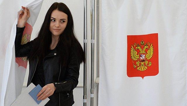 Девушка голосует на выборах президента РФ на избирательном участке в Бахчисарае. 18 марта 2018