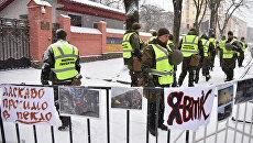 Сотрудники МВД Украины у здания консульства РФ во Львове в день выборов президента РФ
