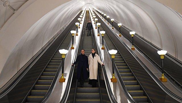 Пассажиры на станции метро Спортивная Сокольнической линии