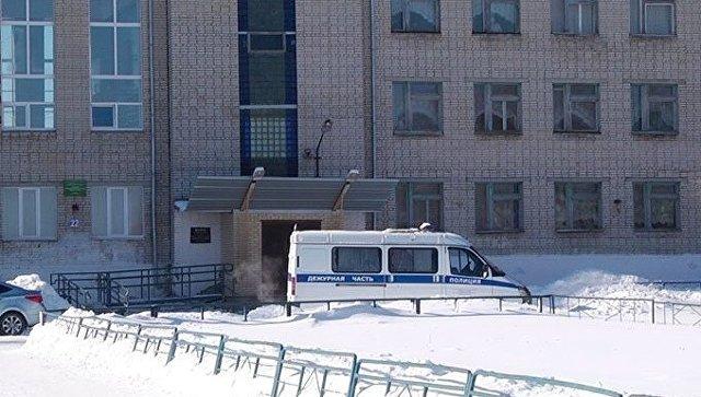 Автомобиль полиции у здания школы №15 в Шадринске