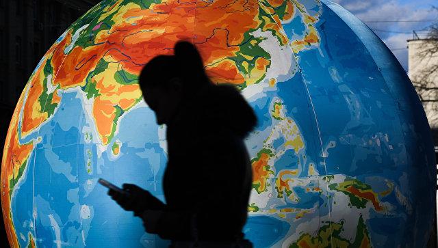 Силуэт на фоне глобуса. Архивное фото