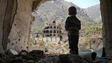 Ребенок в разрушенных после авиаудара зданиях в городе Таиз, Йемен. архивное фото