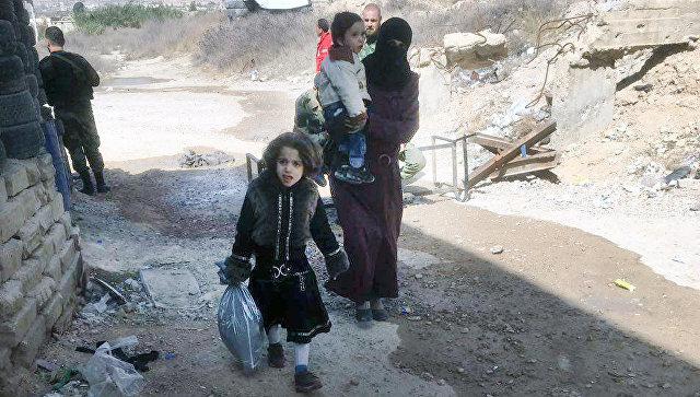 Беженцы на пропускнам пункте Мухайям Аль-Вафедин в востачной Гуте. Архивное фото