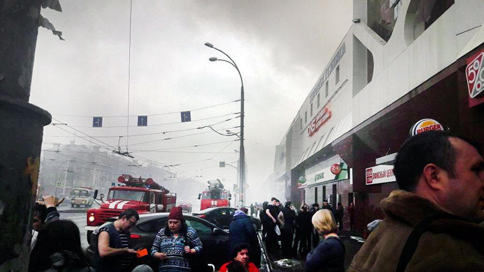 Дым пожара в торговом центре «Зимняя вишня» в Кемерово. 25 марта 2018