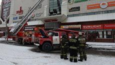 Сотрудник пожарной охраны МЧС во время тушения пожара в торговом центре «Зимняя вишня» в Кемерово. 26 марта 2018