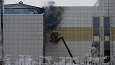 Сотрудники пожарной охраны МЧС во время тушения пожара в торговом центре «Зимняя вишня» в Кемерово. 26 марта 2018