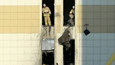 Сотрудники МЧС во время ликвидации последствий пожара в ТЦ Зимняя вишня в Кемерово. 26 марта 2018