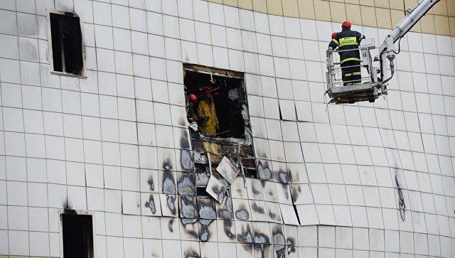 Сотрудники МЧС разбирают завалы после пожара в торговом центре Зимняя вишня в Кемерово. 27 марта 2018