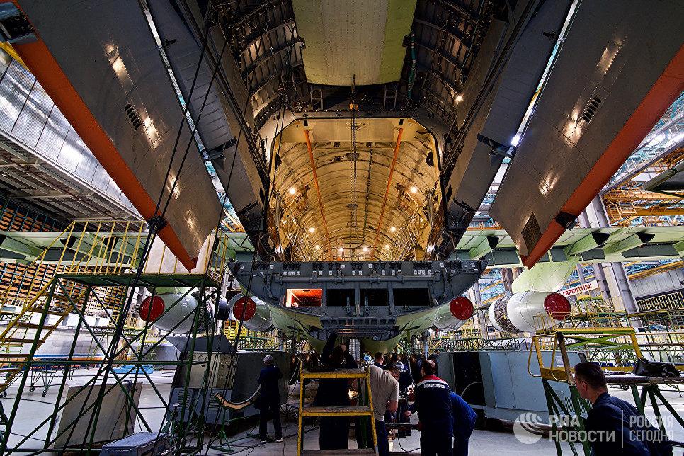 Грузовой люк военно-транспортного самолета Ил-76МД-90А