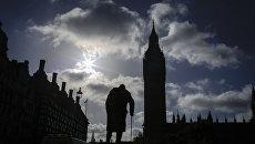 Памятник Уинстону Черчиллю у здания Парламента в Лондоне, Великобритания. Март 2017